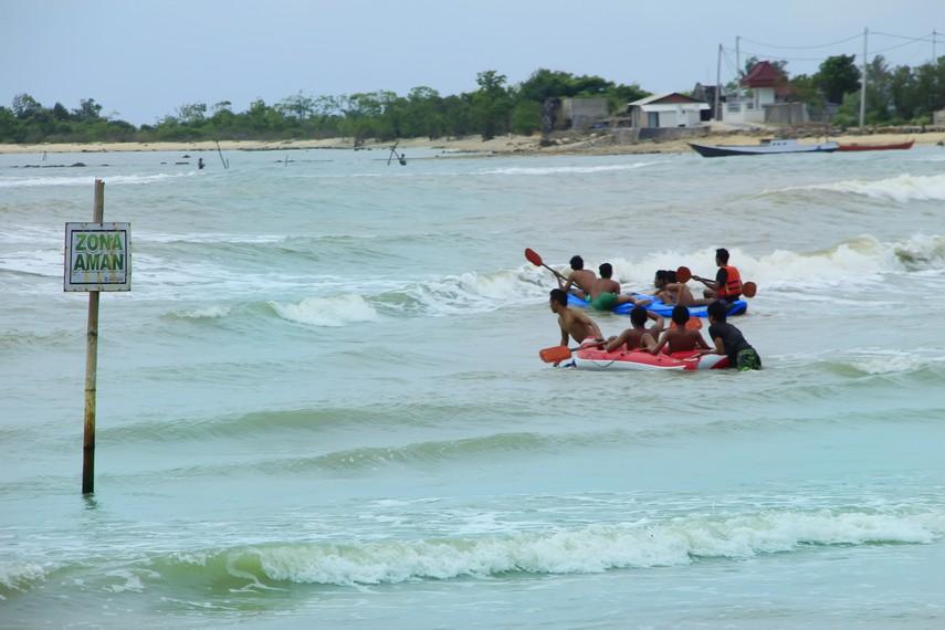 Pengunjung Pantai Bandengan saat menikmati bermain perahu karet