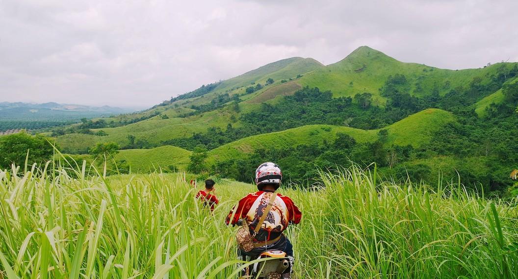 Pengunjung akan melewati perkampungan terdekat Bukit Telang yang memakan waktu 30 menit sebelum sampai di hutan