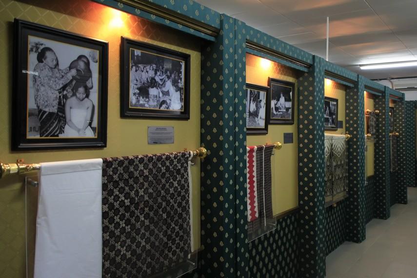 Pengunjung bisa melihat aneka kain batik yang menjadi koleksi di Keraton Yogyakarta