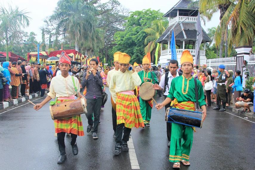 Pengunjung dan peserta larut dalam suasana kemeriahan Festival Moyo