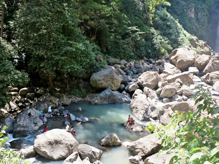 Pengunjung dapat bermain air di aliran air yag membentuk kolam ini