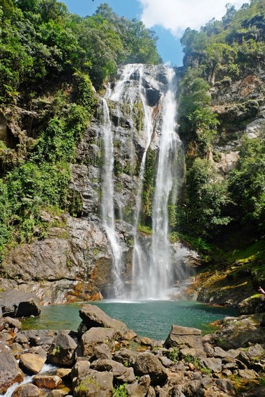 Pengunjung dapat menikmati pemandangan yang indah nan sejuk di kawasan Air Terjun Cunca Rami
