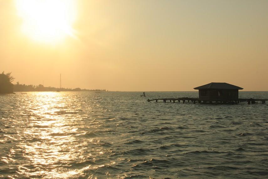 Pengunjung juga bisa melihat keramba-keramba nelayan yang berada di tengah-tengah pantai