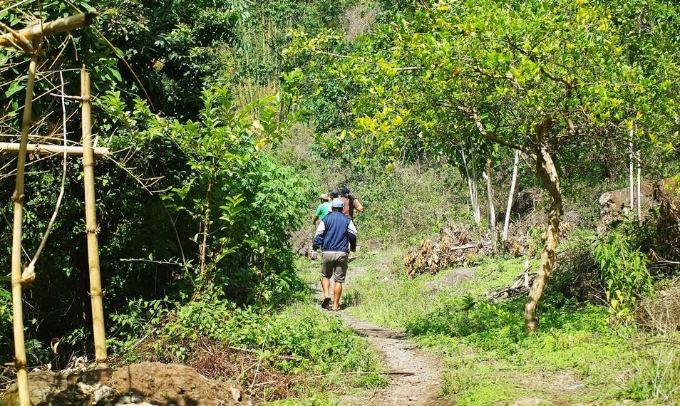 Pengunjung masih harus berjalan kaki sekitar 1 km untuk menuju lokasi utama air terjun