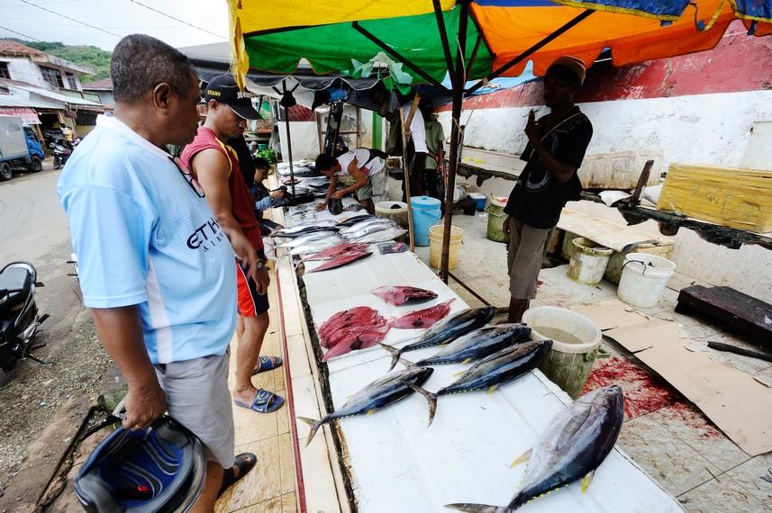 Penjual ikan asap di Jayapura sebagai salah satu makan khas Kota Jayapura