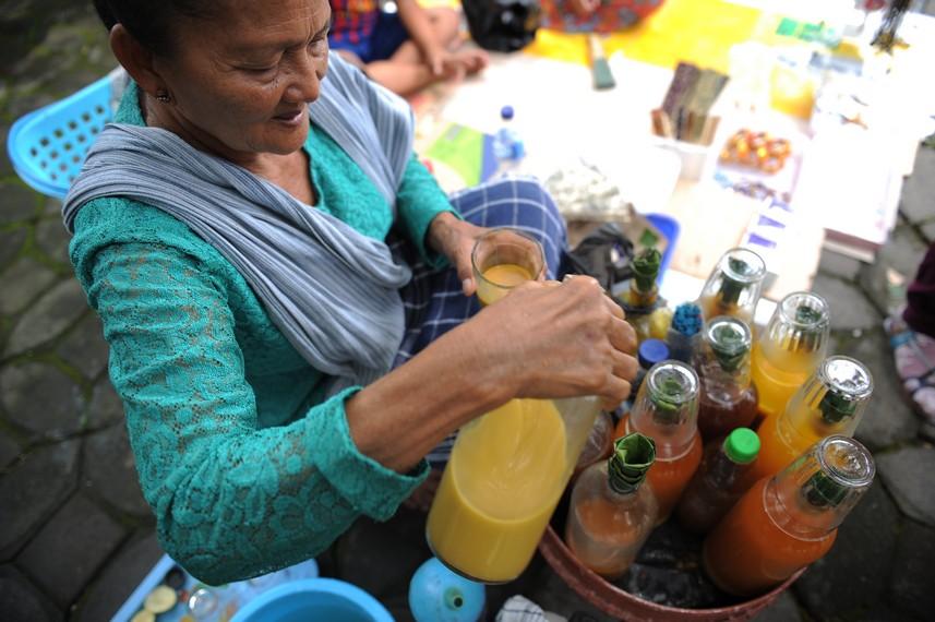 Penjual jamu gendong biasanya membawa jamu-jamu racikannya di dalam botol kaca
