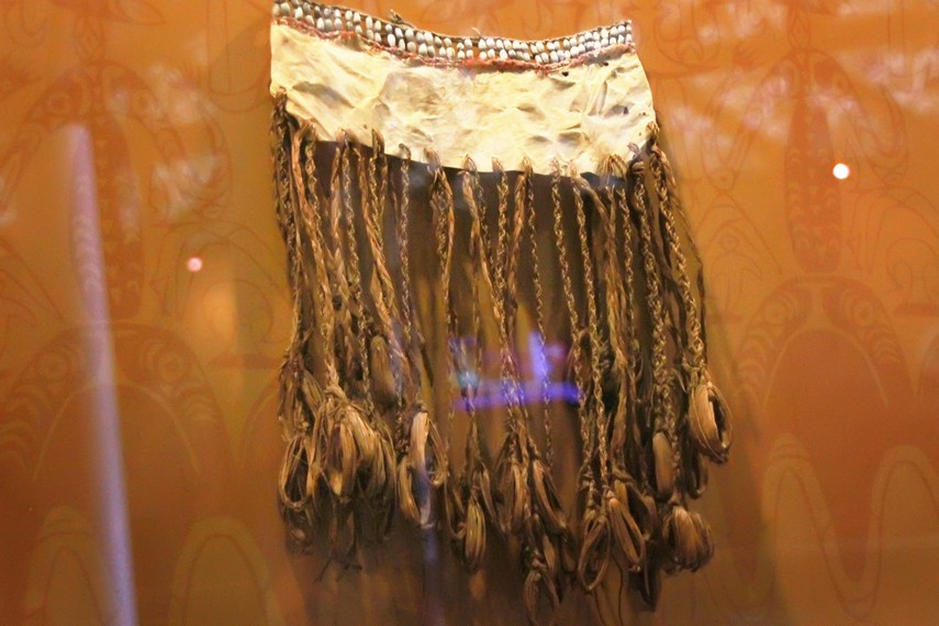 Penutup bagian bawah yang digunakan oleh perempuan Suku Asmat. Pakaian ini terbuat dari daun sagu dan dihiasai ornamen dari kerang