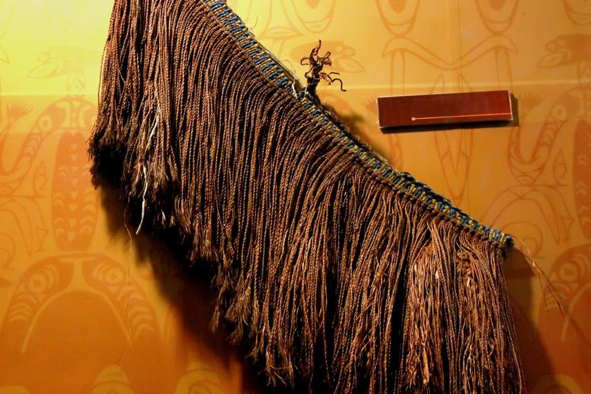 Penutup dada perempuan yang terbuat dari daun pohon bakau menunjukkan kemampuan merajut Suku Asmat