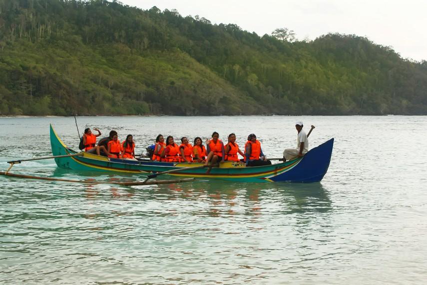 Penyeberangan ke Pulau Kiluan dapat dilakukan menggunakan perahu ketinting milik warga setempat