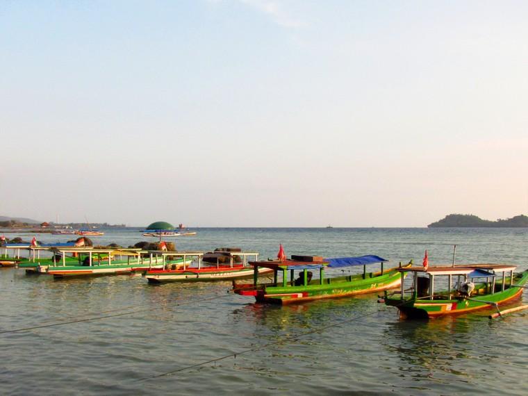 Perahu-perahu nelayan yang disewakan untuk pengunjung berkeliling Pantai Pasir Putih