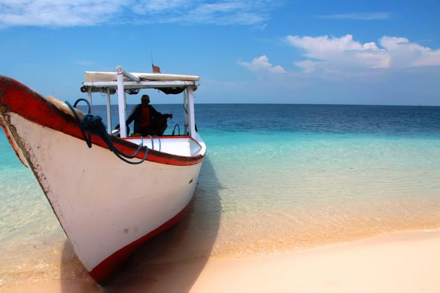 Pengunjung dapat menggunakan perahu motor ini untuk sampai ke Pulau Samalona