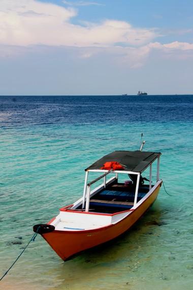 Perahu menjadi alat transportasi utama bagi penghuni pulau