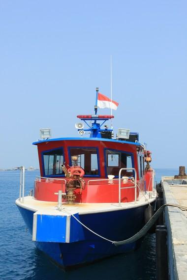 Perahu pemadam kebakaran yang bersandar di dermaga menjadi pemandangan menarik bagi pengunjung di Pulau Karya