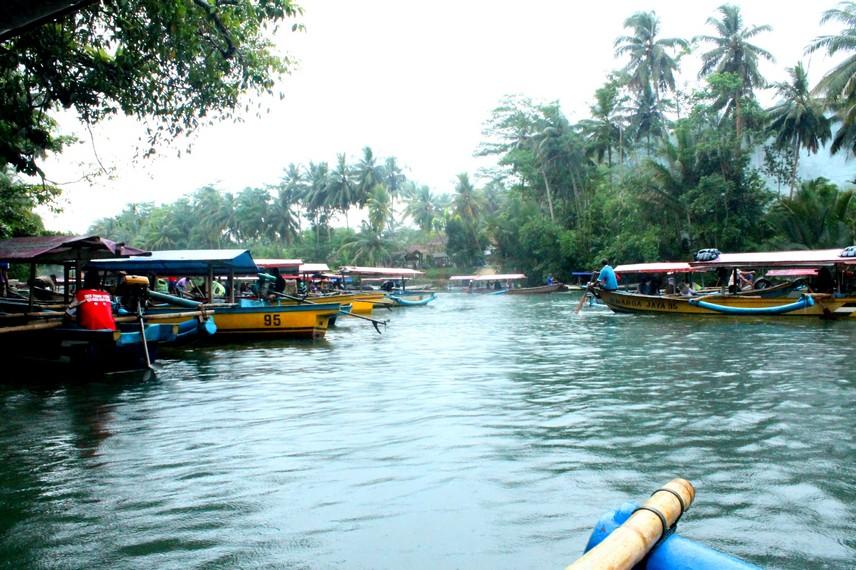 Perahu sewaan milik warga setempat siap mengantarkan anda menyusuri sungai menuju Green Canyon