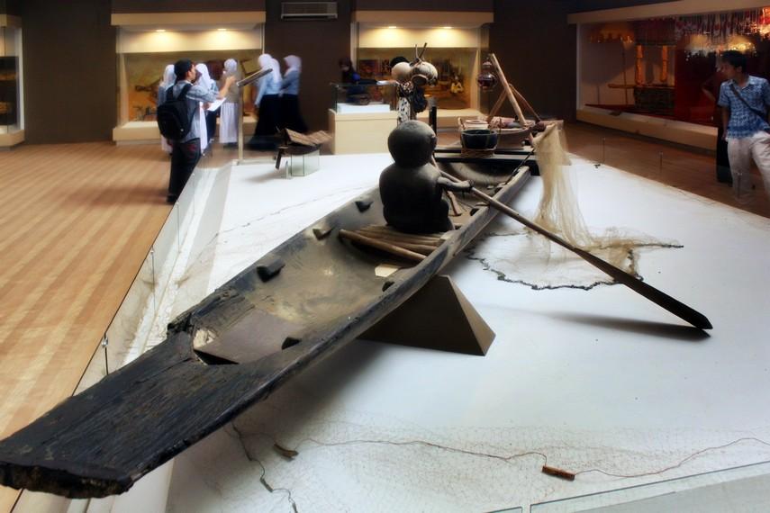 Perahu tradisional Lampung yang terdapat di Lantai 2 Museum