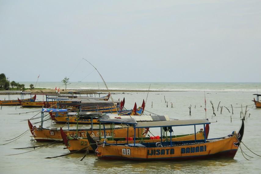 Perahu untuk pengunjung pantai yang ingin mencoba ke tengah laut