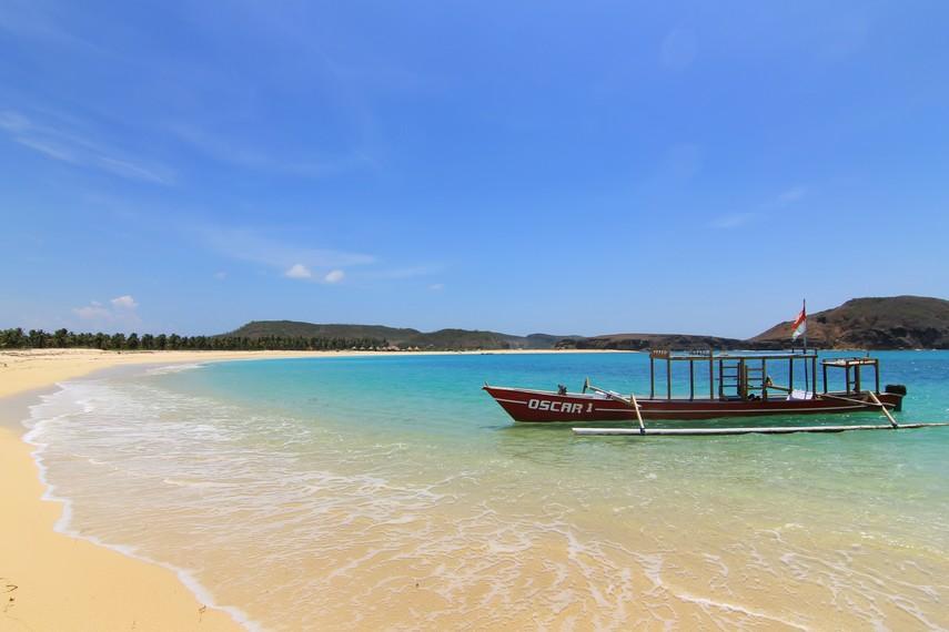 Perahu yang dapat disewa untuk mengelilingi pesisir Pantai Tanjung Aan