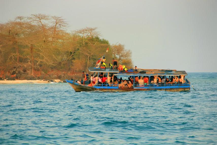 Perahu yang membawa wisatawan lokal menuju spot <i></noscript><img class=