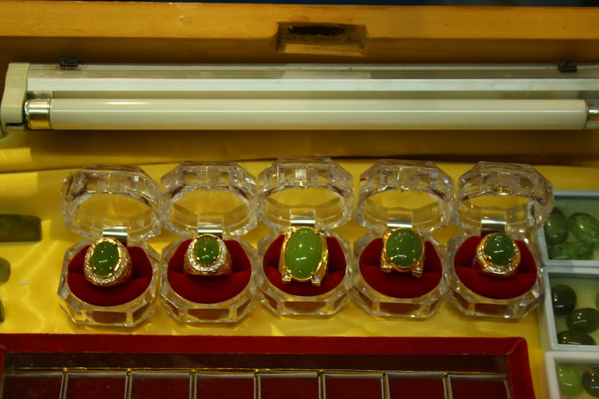 Perhiasan batu lumuik dijadikan sebagai simbol identitas penggunanya di Dharmasraya