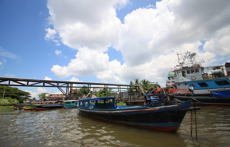 Perjalanan ditempuh dengan menggunakan perahu klotok sewaan dengan harga sewa mulai dari 150.000-200.000