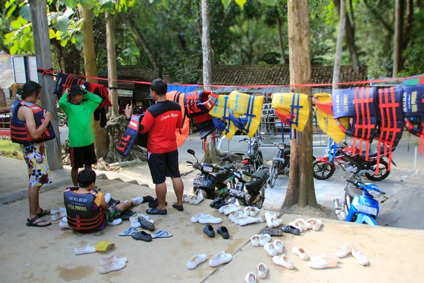 Perlengkapan yang harus digunakan oleh para pengunjung sebelum melakukan aktivitas susur gua