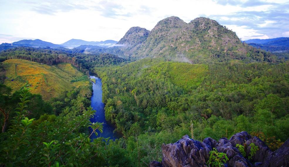 Perpaduan antara Sungai Amandit dan Bukit Ketawang menjadi daya tarik tempat ini