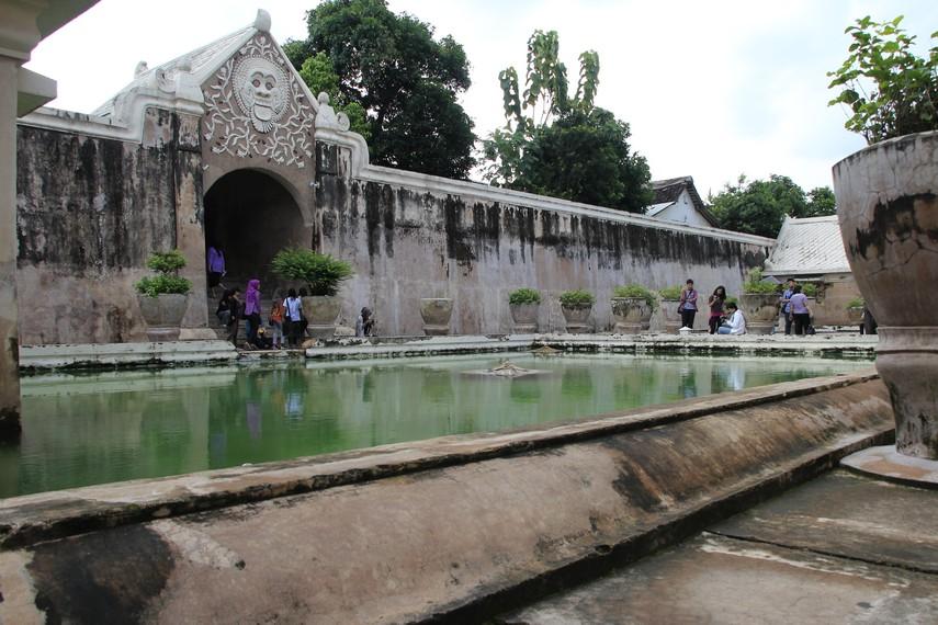 Perpaduan corak Hindu-Budha, Cina, dan Islam bisa dilihat di bangunan Taman Sari yang memiliki arti taman indah ini