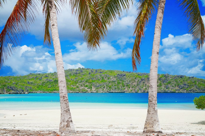 Perpaduan hamparan pasir putih serta laut dan langitnya yang biru sangat memanjakan mata