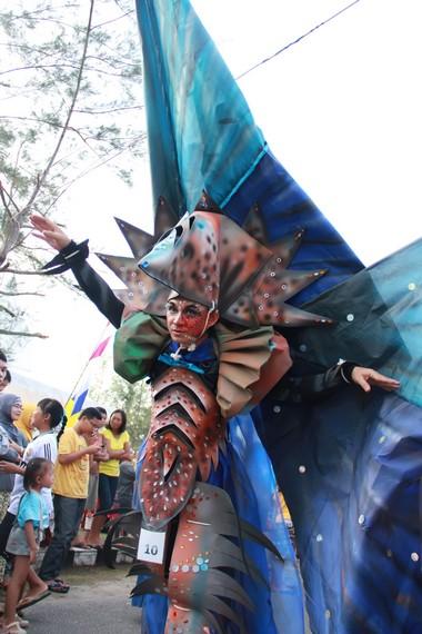 Peserta parade berlenggak-lenggok di sepanjang jalan Pantai Tanjung Pendam yang dipadati masyarakat Belitung