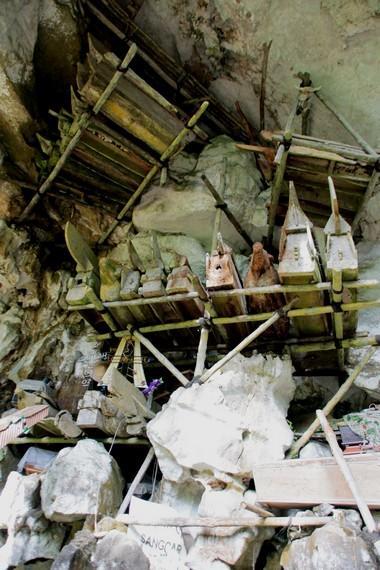 Peti jenazah yang diselipkan didalam Rongga Bukit Londa
