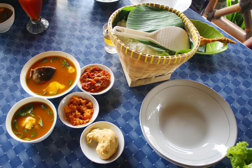 Pindang ikan disajikan bersama sambal terasi dan tempoyak