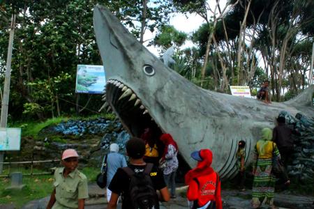 Pintu masuk ke Batu Hiu yang berbentuk patung hiu