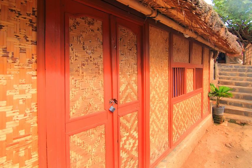 Pintu dan jendela rumah yang bahan utamanya terbuat dari alang-alang membuat kesan tradisional semakin terasa