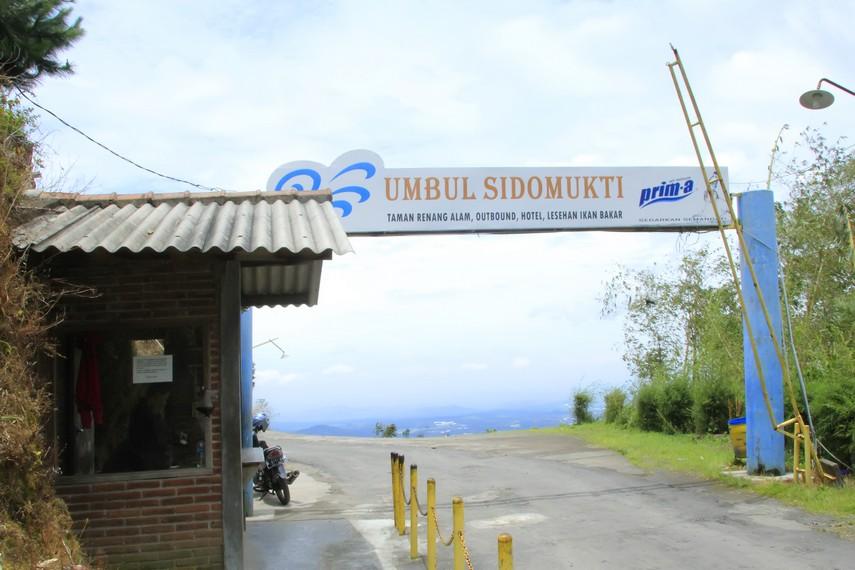 Pintu gerbang depan memasuki kawasan wisata alam Umbul Sidomukti