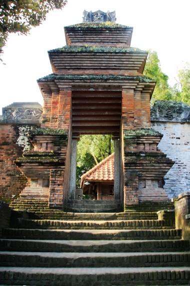 Pintu masuk bagi para pengunjung situs Makam Raja Mataram