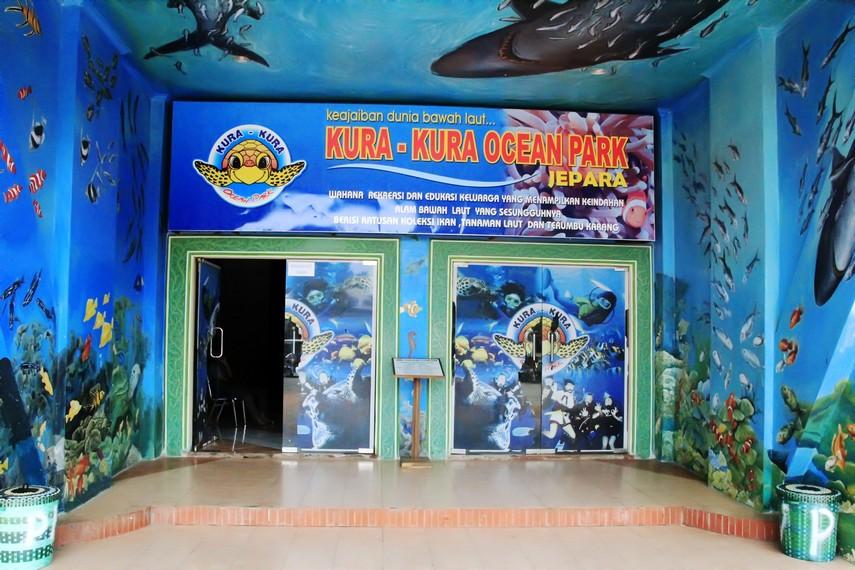 Pintu masuk bagi pengunjung yang ingin mengelilingi wahana yang ada di Kura-Kura Ocean Park