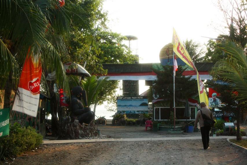 Pintu masuk menuju Area Pantai Pasir Putih yang berada di kawasan milik Korem 043 Garuda Hitam TNI Angkatan Darat