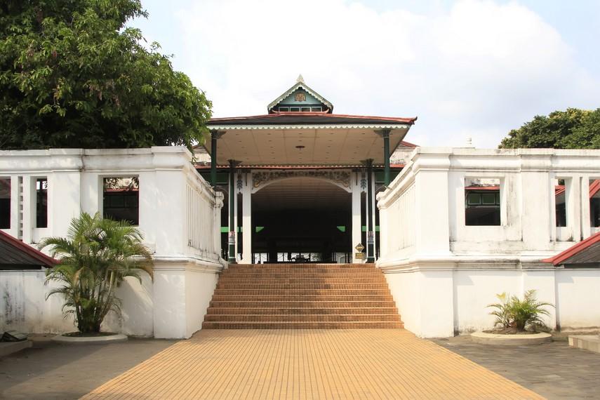 Pintu masuk untuk pengunjung menuju Kompleks Pagelaran Siti Hinggil