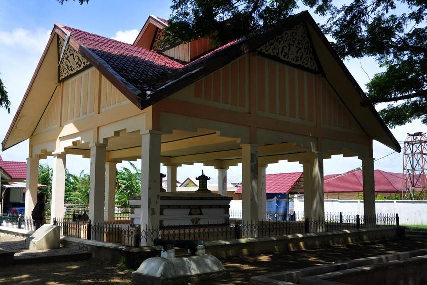Pocut Meurah mengingat jarak makam ke tepi Krueng Daroy adalah 44 langkah
