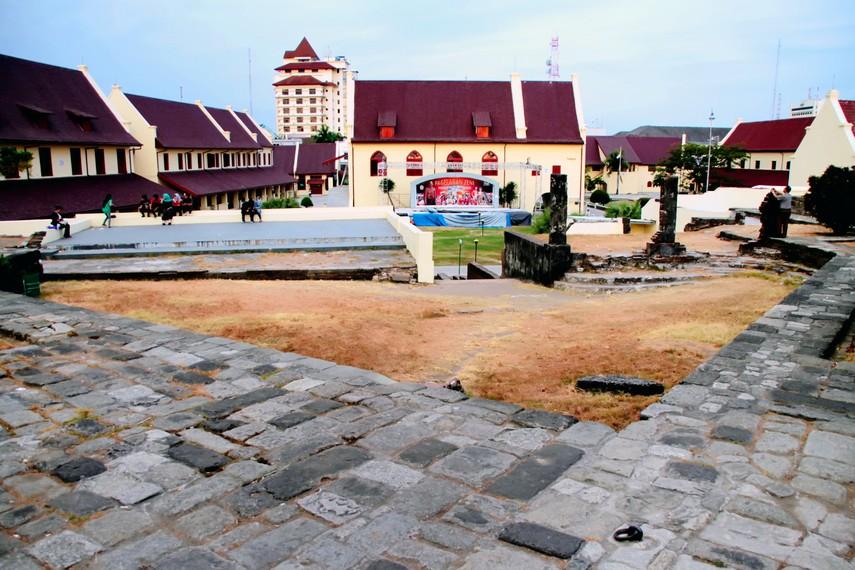 Pondasi Fort Rotterdam yang terbuat dari batu padas