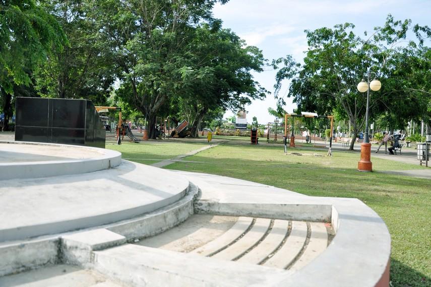 Posisinya yang berada di tengah kota membuatnya berada dekat dengan berbagai objek wisata lain