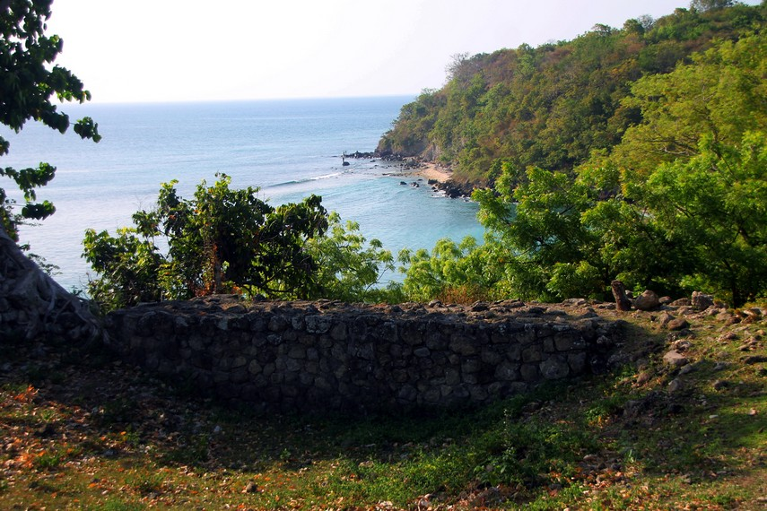 Posisinya yang di atas bukit membuat benteng ini titik pertahanan penting