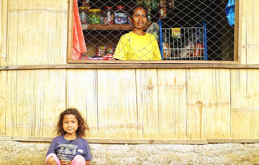Potret seorang ibu dan anak pemilik warung di sekitar lokasi wisata