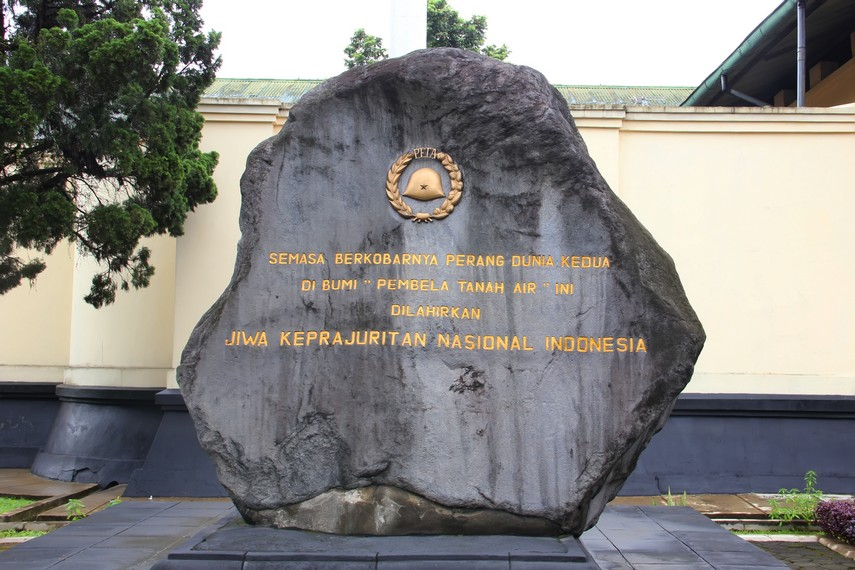 Prasasti pada media batu yang menjelaskan tanah Bogor sebagai tanah yang melahirkan banyak prajurit pemberani