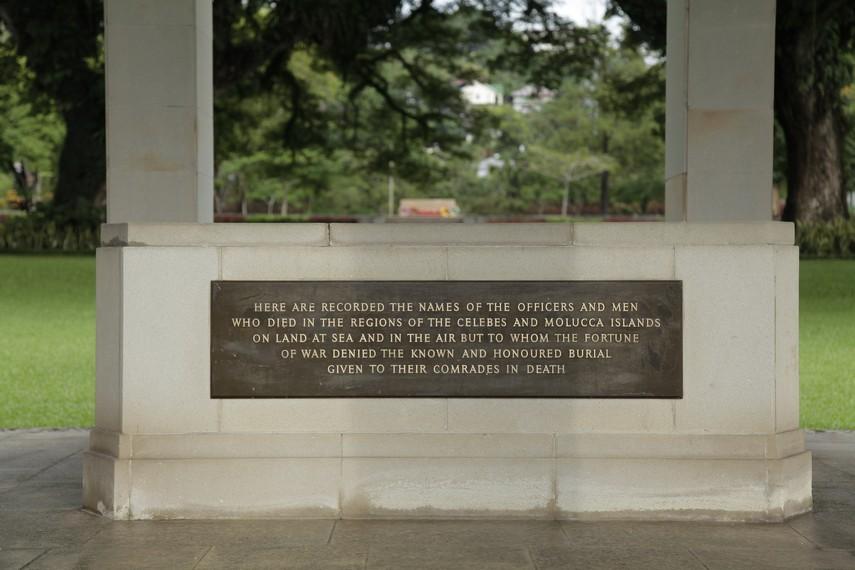 Prasasti penghargaan bagi para tentara Australia yang wafat dan dimakamkan di pemakaman ini