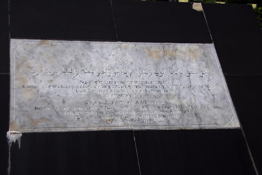 Prasasti peresmian kuburan masal ini sebagai monumen peringatan Tsunami 2004