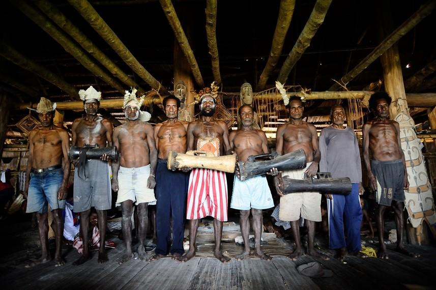 Pria-pria Asmat yang berfoto dengan tifa, alat musik khas Papua