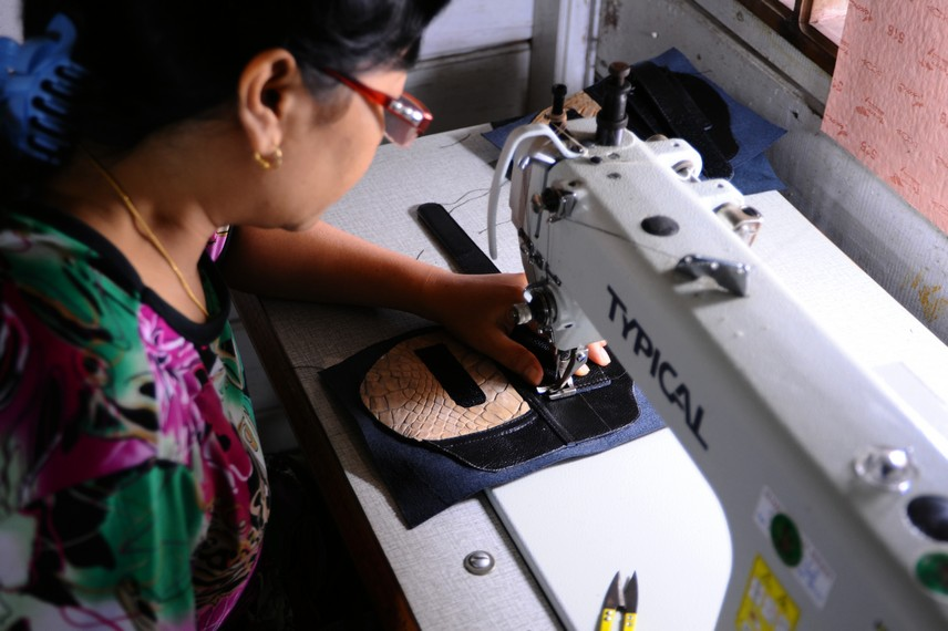Proses berikutnya adalah membentuk dan menjahit bahan dasar dasar kulit buaya menjadi produk yang diinginkan
