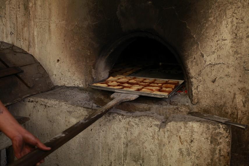 Proses memasukan roti ke dalam oven