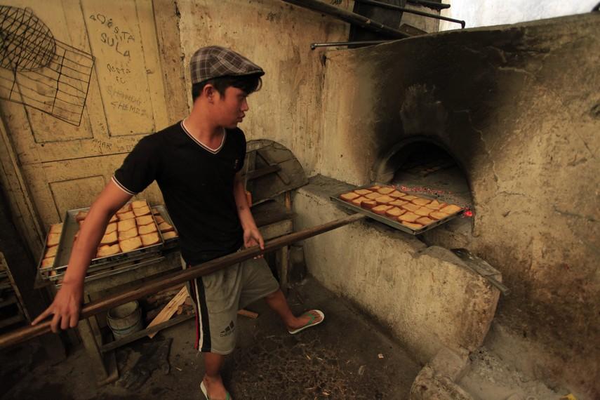 Proses pemanggangan roti biskuit Kenari